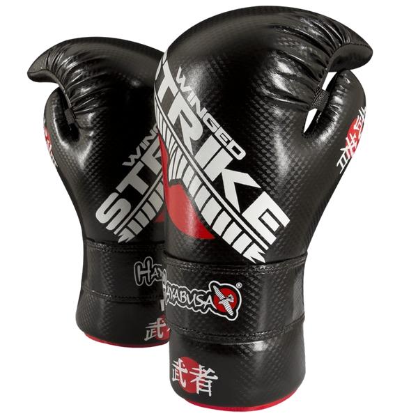Перчатки Hayabusa Winged HayabusaЭкипировка для Тхэквондо<br>Перчатки Hayabusa Winged Strike Competition Gloves. Перчатки для восточных единоборств (каратэ и тхэквондо). Внутренний наполнитель высокой плотности предотвращает повреждение рук, суставов и запястий. Надежная и удобная посадка. Открытая внутренняя часть перчаток Hayabusa для максимальной вентиляции ладони.<br><br>Размер: L