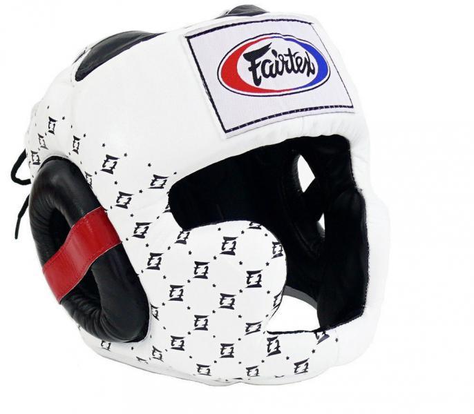 Шлем тренировочный с закрытыми скулами Fairtex, XL FairtexБоксерские шлемы<br>Шлем Fairtex HG10 это улучшенная версия модели HG3, она улучшенная и доработанная в 2010 году. Так же как и в предыдущей модели, в этом шлеме отлично реализован баланс видимости и защиты его головы. Защищенный подбородок, дополнительная защита ушей, хорошая амортизация ударов и широкий угол обзора все эти характеристики позволят максимально продуктивно тренироваться. Этот шлем оптимален для тренировочных спаррингов и любительских соревнований. Производство: Таиланд. Материал: кожа. Цвет: черный, белый. Размер: M, L.<br><br>Цвет: Белый