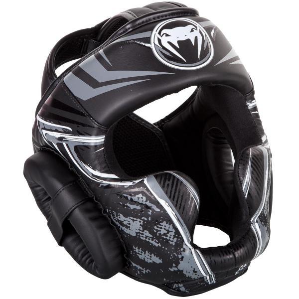 Боксерский шлем Venum Gladiator VenumБоксерские шлемы<br>Боксерский шлем Venum Gladiator. Очень мягкая, приятная тканевая подкладка. Рисунок на липучке сделан методом штамповки. Специальный наполнитель(пена) обеспечивает максимальную амортизацию при ударе, а соответственно защищает лицо(голову). Помимо защиты самой головы, шлем так же защищает щеки и уши. Размер универсальный. Крепление - двойная застежка на задней части шлема. Полная защита головы, скул, ушей. Внешняя обивка: Premium Semi Leather! Сделано в Тайланде.<br><br>Размер: Без размера (регулируется)