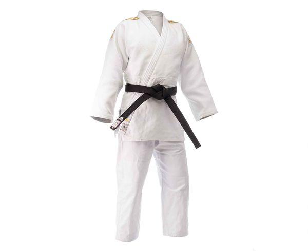 Кимоно для дзюдо Champion 2 IJF белое с золотыми полосками AdidasЭкипировка для Дзюдо<br>Профессиональное кимоно дзюдо adidas Champion II разработано в соответствии с последними рекомендациями Международной федерации дзюдо IJF вступившими в силу с апреля 2015. Идеальное кимоно из плотной ткани весом 730 gs/m2(соответствует новым стандартам IJF 2015). Создано в тесном сотрудничестве с рядом именитых спортсменов. Сделано из смеси полиэстера и хлопка. Хлопковые волокна, укрепленные полиэфирными нитями, обладают повышенной прочностью и лучше выводят влагу. Таким образом, кимоно дольше служит. Дополнительная обработка при производстве горячим паром волокон тканисогласно технологии adidas Pre-shrunk, снижает усадку до 1-3смв зависимости от размера кимоно. Состав ткани: 75% хлопок, 25% полиэстер.  Кимоноидет без пояса. Пояс продается отдельно. Официальное кимоно IJF 2015 (Международная федерация дзюдо)Профессиональное кимоноПлотная и прочная тканьСпециально усиленные места в областях с высокой нагрузкойПлотность: 730 g/m2Материал:75% хлопок, 25% полиэстер.<br><br>Размер: 155 см
