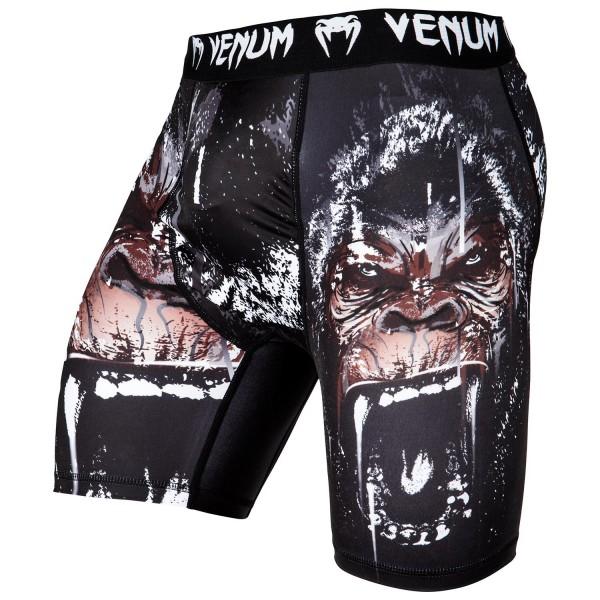 Компрессионные шорты Venum Gorilla Black VenumКомпрессионные штаны / шорты<br>Компрессионные шорты Venum Gorilla сделаны из смеси синтетических тканей. Такой материал очень прочен и долговечен, а также очень быстро сохнет, что позволит вам использовать шорты регулярно. Швы плоские, не натирают кожу. Компрессионные шорты Venum можно использовать как совместно со спортивными шортами, так и отдельно от них. Ткань очень приятная на ощупь. Так же необходимо отметить, что у шорт есть карман для ракушки (защиты паха).<br><br>Размер INT: XXL