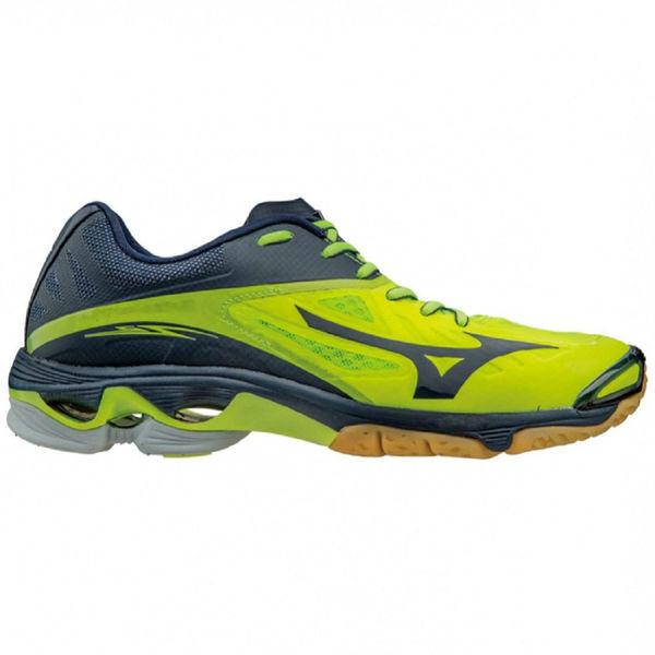 Кроссовки волейбольные мужские MIZUNO V1GA1600 44 WAVE LIGHTNING Z2 MizunoКроссовки<br>Волейбольные кроссовки MIZUNO V1GA1600 44 WAVE LIGHTNING Z2Волейбольные кроссовки MIZUNO WAVE LIGHTNING Z2 - суперлегкие, быстрые и гибкие кроссовки из категории ELITE, продолжение популярнейшей серии WAVE LIGHTNING, разработанные для профессиональных спортсменов с учетом всех последних достижений японских инженеров. Улучшенная бесшовная конструкция верха обеспечивает непревзойденную посадку и комфорт, а пластина MIZUNO WAVE совместно с материалом EVA в области пятки создают великолепную амортизацию. Легкий амортизационный материал SR touch в передней части кроссовок дает быстрый отскок, обеспечивая более мягкий переход. Технологии, использованные в модели MIZUNO WAVE LIGHTNING Z2:•Airmesh. Воздухопроницаемость и прохлада. Система воздушной сетки обеспечивает обуви Mizuno высокую воздухопроницаемость в течение всего срока службы, что позволяет стопе дышать и охлаждаться при беге. •Mizuno Intercool. Сухость и прохлада. Технология Mizuno Intercool поддерживает оптимальный режим температуры в беговой обуви посредством системы вентиляции по всей длине подошвы, которая удаляет тепло и пот через систему вентиляционных каналов. •Mizuno Wave. Специальная вставка в подошве. Специальная вставка в подошве (Wave) обеспечивает превосходную амортизацию за счет распределения ударной нагрузки по всей площади поверхности. Устойчивость технологии достигается за счет разности уровней между внешней (боковой) и внутренней (средней) поверхностью ботинка. Такая конструкция не позволяет подошве сжиматься на участках высокого давления. •Dynamotion Fit. Анатомичное облегание при беге. Система DynaMotion Fit позволяет верхней части обуви (воротнику и пятке) взаимодействовать с движением стопы, что снимает нагрузку на голеностоп и обеспечивает сохранение всего диапазона движений стопы во время бега. •SR touch. Новый амортизирующий материал SR touch в пяточной части средней подошвы имеет лучшие характеристики