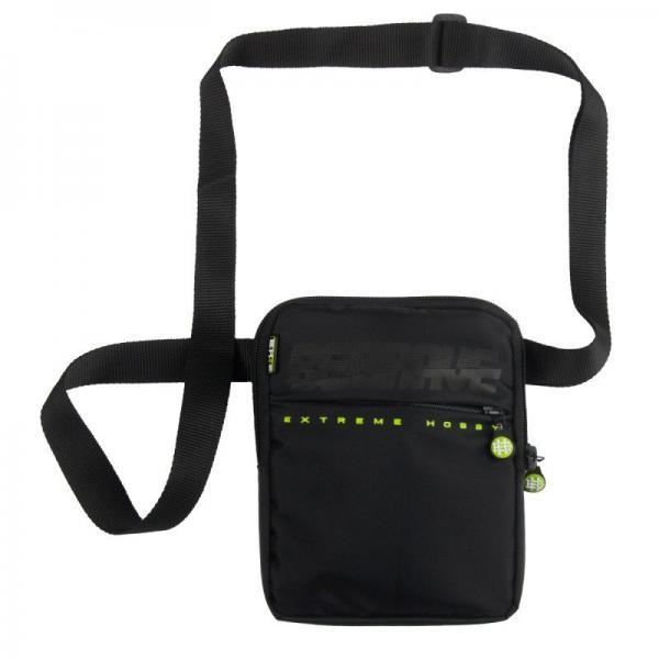 Наплечная сумка BE BRAVE Extreme HobbyСпортивные сумки и рюкзаки<br>Материал: 100% полиэстер- Двухкамерная сумка с регулируемым ремешком- Печатный логотип на передней панели- Удобные замкиРазмеры: 25x18 см<br>КОЛЛЕКЦИЯ: 58 BASIC<br>ЦВЕТ: ЧЕРНЫЙ<br>МАТЕРИАЛ: 100% ПОЛИЭСТЕР<br><br>Размер: Универсальныйразмер