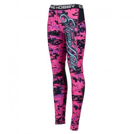 Штаны компрессионные женские DIGITAL CAMO (розовый) Extreme HobbyКомпрессионные штаны / шорты<br>Леггинсы изготовлены из высококачественного материала. Водоотталкивающая ткань оставляет тело сухим, а мышцы разогретыми. Логотипы нанесены по технологии сублимации, благодаря чему рисунок не трескается и не царапает тело. Специальная резинка на талии предотвращает соскальзывание во время боя. <br>КОЛЛЕКЦИЯ: SPORT<br>ЦВЕТ: РОЗОВЫЙ<br>МАТЕРИАЛ: 82% ПОЛИЭСТЕР 18% ЭЛАСТАН<br><br>Размер INT: M