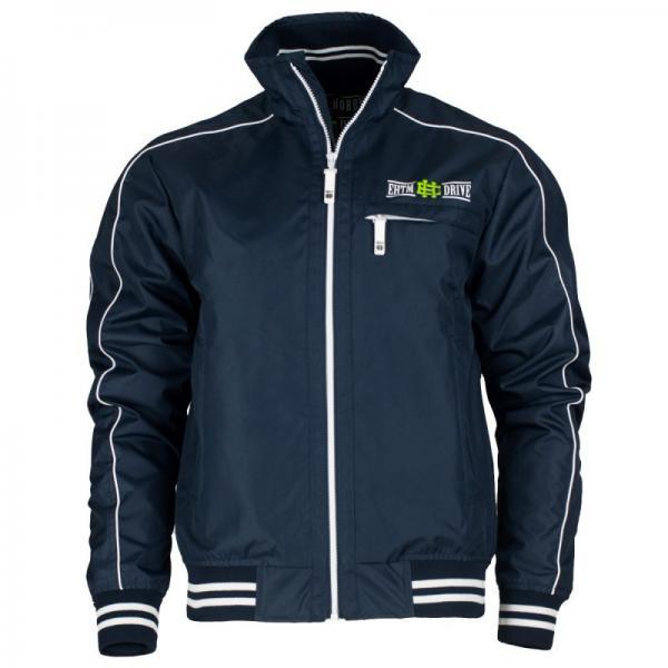 Drive jacket eh (синий), синий Extreme HobbyКуртки / ветровки<br>Осенняя куртка ветровка – это новая версия продукта, который был в нашем ассортименте с момента создания компании. Короткая, водонепроницаемая, куртка обладает узнаваемым стилем, который прекрасно подчеркивает характер владельца. Материал: 100% полиэстер. <br>КОЛЛЕКЦИЯ: 58 BASIC<br>ЦВЕТ: СИНИЙ<br>МАТЕРИАЛ: 100% ПОЛИЭСТЕР<br><br>Размер INT: S