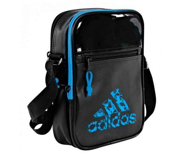 Сумка Leisure Organizer черно-синяя AdidasСпортивные сумки и рюкзаки<br>Модель 2017 года.  Коллекция adidas Martial arts&amp; boxing.  Материал: 100% полиуретан, который не подвержен колебаниям температуры. Три отделения на молнии. Внутри подкладка из нейлона. Большой логотип adidas martial arts  Регулируемый плечевой ремень. Размер: 18 х 25 х 6 см<br><br>Размер: XS