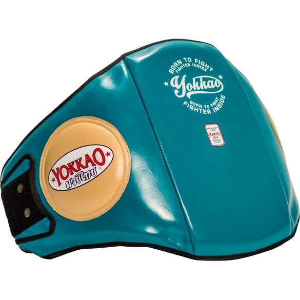 Тренерский пояс Yokkao Vintage YokkaoЗащита тела<br>Тренерский пояс Yokkao Vintage. Предназначена для защиты туловища во время отработки ударов. Внутренняя часть тренерской защиты - многослойная пена, которая гасит удары, внешняя обивка - натуральная кожа КРС. Защита сдерживает удары в нижнюю часть область ребер и живота. Эти области дополнительно усилены защитными элементами. Сама защита выполнена в анатомической форме, при этом не сковывает движений. Отличная экипировка для проведения самых интенсивных тренировок и подготовок к выступлениям. Защитный пояс удерживается на теле благодаря липучке-застёжке. Можно самостоятельно отрегулировать размер для плотной посадки на теле.<br>