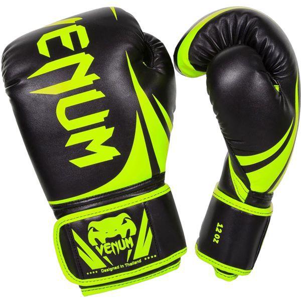 Боксерские перчатки Venum Challenger 2.0, 8 oz VenumБоксерские перчатки<br>Боксерские перчатки Venum Challenger 2. 0. Великолепное соотношение цена/качество!Отлично защищают руку! очень хорошо сидят на руке. Широкая застежка с резинкой, обеспечивает надежную фиксацию перчаток Venum на запястии. Внутренний наполнитель - пена, которая обеспечивает хорошую амортизацию удара.<br>