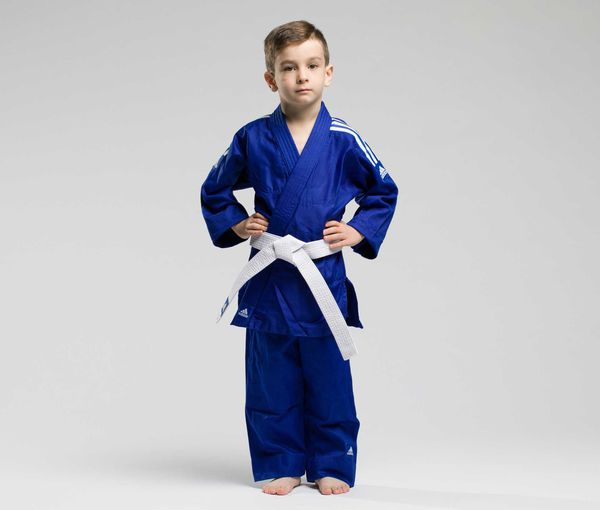 Кимоно для дзюдо с поясом подростковое Evolution синее AdidasЭкипировка для Дзюдо<br>Детское кимоно для дзюдо adidas Evolution - это легкое кимоно из гладкого материала (без классической фактуры в рубчик), плотности 200 gs/m2, что позволяет начинающему спортсмену чувствовать себя комфортно в дзюдоги. Кимоно создано по принципу (растет вместе с ребенком, брюки и куртка увеличиваются в размере). Сделано из смеси полиэстера и хлопка. Состав ткани: 60% хлопок, 40% полиэстер. Детали: брюки на резинке+кулиска. Белый пояс в комплекте. &amp;nbsp;<br><br>Размер: 110-120 см