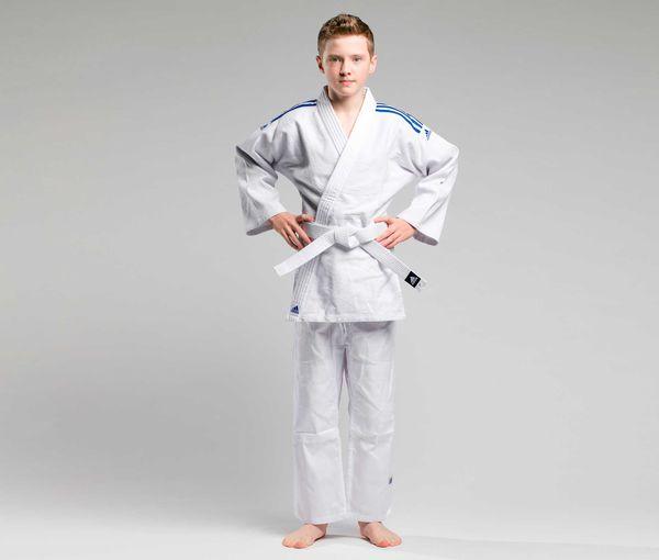 Кимоно для дзюдо с поясом Club белое с синими полосками AdidasЭкипировка для Дзюдо<br>Тренировочная кимоно для дзюдо adidas Club - это универсальноекимоно средней плотности весом 350 gs/m2. Сделано из смеси полиэстера и хлопка. Хлопковые волокна, укрепленные полиэфирными нитями, обладают повышенной прочностью и лучше выводят влагу. Таким образом, кимоно дольше служит. Подходит, как для детей, так и для подростков. Состав ткани: 60% хлопок, 40% полиэстер. Детали: брюки на резинке+кулиска. Белый пояс в комплекте. Тренировочное кимоноПлотная, гибкая и прочная ткань. Плотность 350 gm/m2Усиленные места в областях с высокой нагрузкой. Пояс на штанах на резинке +кулиска. Три черных полоски на плечахМатериал: 60% хлопок, 40% полиэстер<br><br>Размер: 180 см