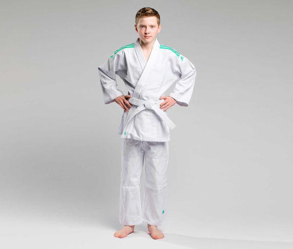 Кимоно для дзюдо с поясом Club белое с зелеными полосками AdidasЭкипировка для Дзюдо<br>Тренировочная кимоно для дзюдо adidas Club - это универсальноекимоно средней плотности весом 350 gs/m2. Сделано из смеси полиэстера и хлопка. Хлопковые волокна, укрепленные полиэфирными нитями, обладают повышенной прочностью и лучше выводят влагу. Таким образом, кимоно дольше служит. Подходит, как для детей, так и для подростков. Состав ткани: 60% хлопок, 40% полиэстер. Детали: брюки на резинке+кулиска. Белый пояс в комплекте. Тренировочное кимоноПлотная, гибкая и прочная ткань. Плотность 350 gm/m2Усиленные места в областях с высокой нагрузкой. Пояс на штанах на резинке +кулиска. Три черных полоски на плечахМатериал: 60% хлопок, 40% полиэстер<br><br>Размер: 170 см
