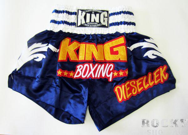Кикбоксерские шорты, Синий/белый KingШорты для тайского бокса/кикбоксинга<br>Отлично годятся для занятий боксом, муай тай, кикбоксингом<br> Не сковывают движения<br> Удобная резинка на поясе<br> Яркий рисунок<br> Материал – сатин<br><br>Размер INT: Размер S