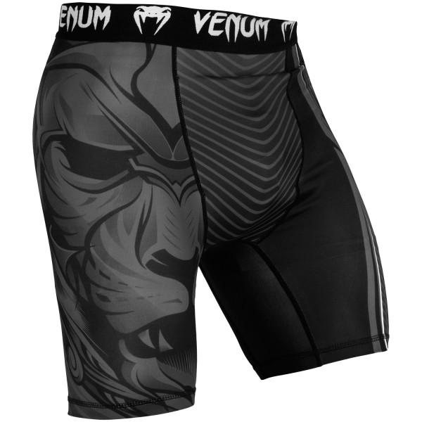 Компрессионные шорты Venum Bloody Roar Black/Grey VenumКомпрессионные штаны / шорты<br>Компрессионные шорты Venum Bloody Roar Black/Greyсделаны из смеси синтетических тканей. Такой материал очень прочен и долговечен, а также очень быстро сохнет, что позволит вам использовать шорты регулярно. Швы плоские, не натирают кожу. Компрессионные шорты Venum можно использовать как совместно со спортивными шортами, так и отдельно от них. Ткань очень приятная на ощупь. Так же необходимо отметить, что у шорт есть карман для ракушки (защиты паха).<br><br>Размер INT: S