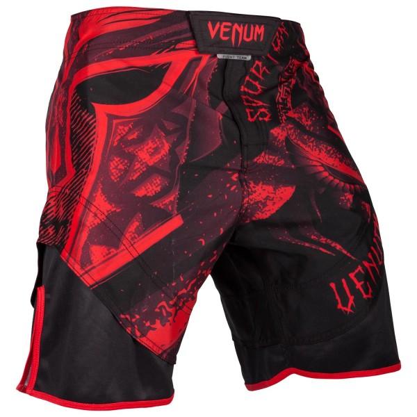 Шорты ММА Venum Gladiator Black/Red VenumШорты ММА<br>Шорты ММА Venum Gladiator 3. 0 - Black/Red сделаны из высокопрочной ткани с усиленными швами, которые выдержат любые нагрузки в боевых единоборствах. Они гарантируют, что любое Ваше движение не будет сковано - крой широкий, боковые разрезы присутствуют. Сетчатые панели обеспечат оптимальную терморегуляцию. Тройная липучка со шнурком на талии дают полную фиксацию шорт. Дизайн полностью сублимирован в ткань и никогда не сотрется. Эта модель предназначена для настоящих воинов, которые никогда не сдаются. Особенности:- 100% полиэстер- система фиксации на липучках со шнурком- дизайн сублимирован в волокно- усиленные швы- терморегулирующие панели<br><br>Размер INT: L