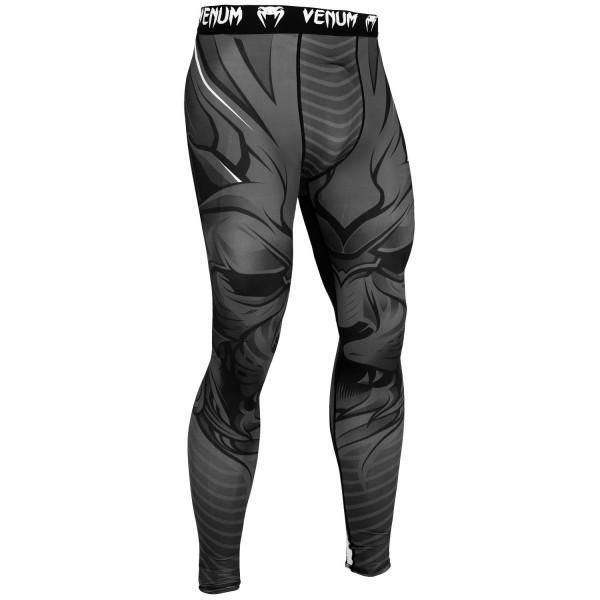 Компрессионные штаны Venum Bloody Roar Black/Grey VenumКомпрессионные штаны / шорты<br>Побалуйте себя компрессионными штанами Venum Bloody Roar Black/Grey. Аутентичный дизайн, прочный материал, который облегает тело как вторая кожа - то, что нужно для тренировок. Компрессионная технология поддерживает мышцы, улучшает кровообращение, повышая их эффективность. Технология Dry Tech эффективно выводит влагу. Особенности:- 87% полиэстер/13% спандекс- компрессионная технология- технология Dry Tech- рисунок сублимирован в волокно- эргономичные усиленные швы и эластичный пояс<br><br>Размер INT: XXL