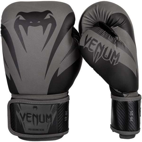 Перчатки боксерские Venum Impact Grey/Black, 16 унций VenumБоксерские перчатки<br>Перчатки боксерские Venum Impact Black/Black изготовлены вручную из премиальной синтетической кожи Skintex. Усиленные швы и внутренняя подкладка обеспечивают долговечность и комфорт при любых ударах. Пена высокой плотности обеспечивает улучшенную амортизацию при ударах. Большой палец надежно защищен. Оригинальный и яркий дизайн. Особенности:- трехслойная внутрення пена высокой плотности- защита большого пальца<br>