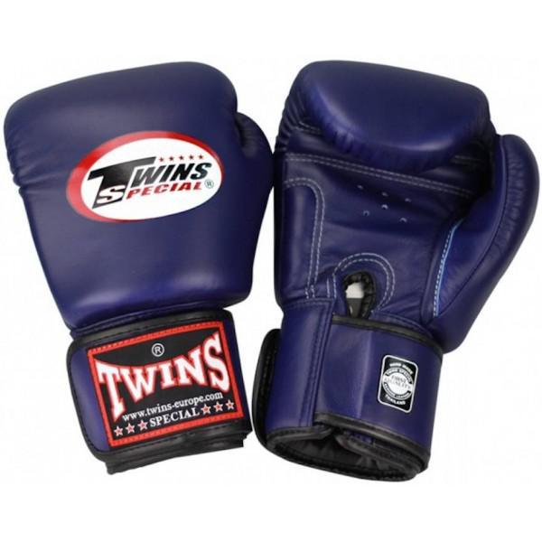 Перчатки боксерские Twins BGVL-3 Navy Blue, 16 унций Twins SpecialБоксерские перчатки<br>Перчатки боксерские Twins BGVL-3 Navy Blue прекрасно подойдут для тайского бокса, кикбоксинга или классического бокса. Особенности:- Натуральная кожа высшего качества- Удобная застежка на липучке- Идеальное соотношение цена/качество- Ручная работа- Страна производитель: Тайланд<br>