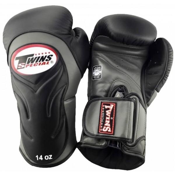 Перчатки боксерские Twins BGVL-6 Black/Grey, 10 унций Twins SpecialБоксерские перчатки<br>Спарринг-перчатки с новым усовершенствованным дизайном, который выглядит просто потрясающее!Перчатки обработаны специальным водоотталкивающим составомБоксерские перчатки новой модели с фиксацией запястья ремешком на липучке, который надежно фиксирует перчатки на руке, а также позволяет быстро одевать и снимать перчатки. Материал: натуральная кожа. Перчатки сделаны вручную из многослойной пены для оптимальной амортизации удара.<br>