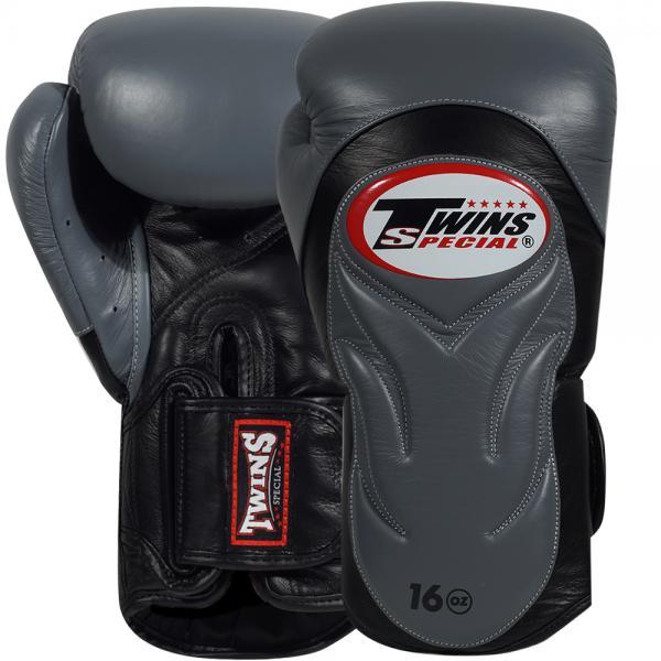 Перчатки боксерские Twins BGVL-6 Black/Grey, 16 унций Twins SpecialБоксерские перчатки<br>Спарринг-перчатки с новым усовершенствованным дизайном, который выглядит просто потрясающее!Перчатки обработаны специальным водоотталкивающим составомБоксерские перчатки новой модели с фиксацией запястья ремешком на липучке, который надежно фиксирует перчатки на руке, а также позволяет быстро одевать и снимать перчатки. Материал: натуральная кожа. Перчатки сделаны вручную из многослойной пены для оптимальной амортизации удара.<br>