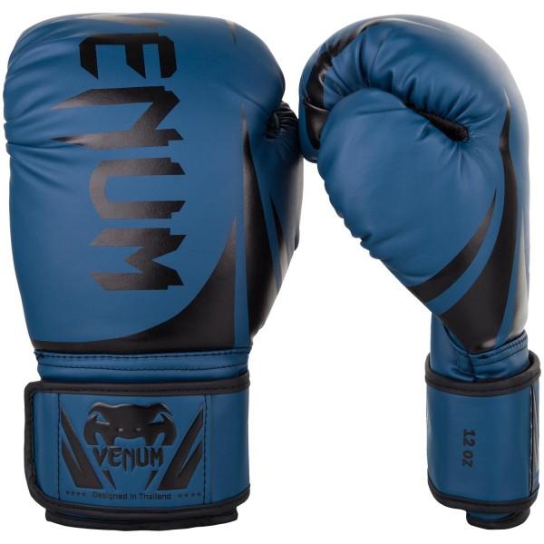 Перчатки боксерские Venum Challenger 2.0 Navy/Black, 16 oz VenumБоксерские перчатки<br>Доступные, но без ущерба качеству, боксерские перчатки Venum Challenger 2. 0, разработанные в Тайланде - идеальный выбор для обучения ударной технике!Благодаря тройному слою пены и широкому ремню, достигается оптимальная степень защиты. Состоят из премиумной полиуретановой кожи (PU) - очень прочные и по отличной цене!Технические характеристики:Из высококачественнойсинтетической кожиТройная плотность пены, для лучшей защиты. 100% полное прилегание большого пальца. Большая упругая липучка для лучшей фиксацииРельефный логотип Venum<br>