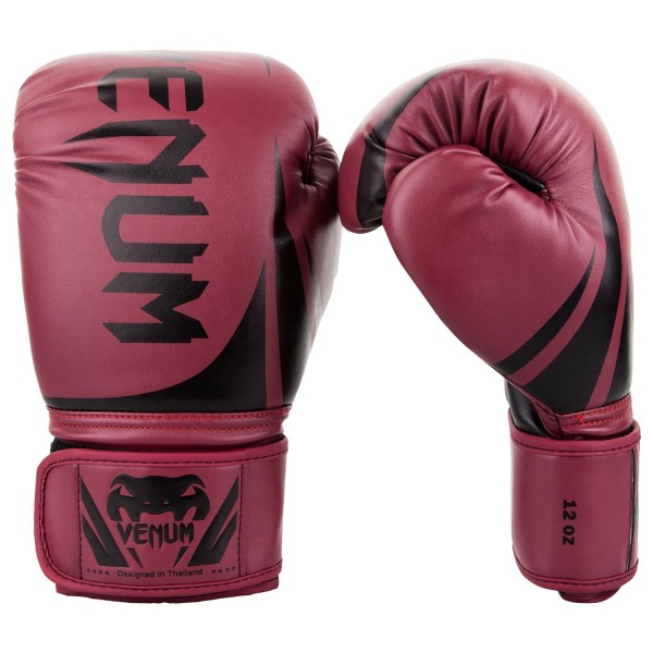 Перчатки боксерские Venum Challenger 2.0 Red Wine/Black, 14 унций VenumБоксерские перчатки<br>Доступные, но без ущерба качеству, боксерские перчатки Venum Challenger 2. 0, разработанные в Тайланде - идеальный выбор для обучения ударной технике!Благодаря тройному слою пены и широкому ремню, достигается оптимальная степень защиты. Состоят из премиумной полиуретановой кожи (PU) - очень прочные и по отличной цене!Технические характеристики:Из высококачественнойсинтетической кожиТройная плотность пены, для лучшей защиты. 100% полное прилегание большого пальца. Большая упругая липучка для лучшей фиксацииРельефный логотип Venum<br>