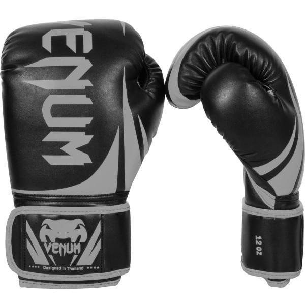 Перчатки боксерские Venum Challenger 2.0 Neo Black/Grey, 16 oz VenumБоксерские перчатки<br>Доступные, но без ущерба качеству, боксерские перчатки Venum Challenger 2. 0, разработанные в Тайланде - идеальный выбор для обучения ударной технике!Благодаря тройному слою пены и широкому ремню, достигается оптимальная степень защиты. Состоят из премиумной полиуретановой кожи (PU) - очень прочные и по отличной цене!Технические характеристики:Из высококачественнойсинтетической кожиТройная плотность пены, для лучшей защиты. 100% полное прилегание большого пальца.<br>
