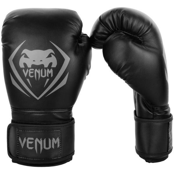 Перчатки боксерские Venum Contender Black/Grey, 10 oz VenumБоксерские перчатки<br>Перчатки боксерские Venum Contender - Black/Grey выдержат любой мощный удар, будь то джеб, кросс, хук или апперкот. Сделаны из 100% синтетической кожи с высоким сроком службы. Их изогнутая анатомическая форма обеспечивает гибкость и комфорт. Многослойный пенный наполнитель с легкостью поглащает все удары. Большая надежная застежка на липучке дает надежную фиксацию запястья, минимизируя риск возникновения травмы на тренировках. Отработка, спарринг, работа на мешках или лапах - боксерские перчаткиVenum Contender непременно приведут Вас к успеху!Особенности:- 100% синтетическая кожа с высоким сроком службы- многослойная пена для идеального поглощения ударов- широкая застежка на липучке для надежной фиксации запястья- большой палец полностью закреплен, что не дает его выбить<br>