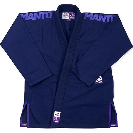 Кимоно для БЖЖ Manto X3 MantoЭкипировка для Джиу-джитсу<br>Кимоно (ги) для бжж (бразильского джиу-джицу) Manto X3. Идеальное сочетание цена/качество. Достаточно лёгкое ги. Благодаря высокому качеству материалов и отделки это кимоно становится идеальным выбором для соревнований по BJJ. - Плотность 450 GSM - В области колен штаны дополнительно укреплены. - Воротник, наполнен пеной ЕВА для более быстрого высыхания и комфорта. Подойдет для соревнований различного уровня. Ги сделано из цельного куска ткани (без швов на спине)! Штаны на шнурке; на поясе - дополнительные петли для того, чтобы шнурок держал штаны прочно; данное ги подойдет и для новичков, и для мастеров роллинга. При стирке в горячей воде возможна усадка порядка 5%. Стирать ги рекомендуется в мягкой воде до 30 градусов без отбеливателя. Состав: 100% хлопок высокого качества.<br><br>Размер: A2