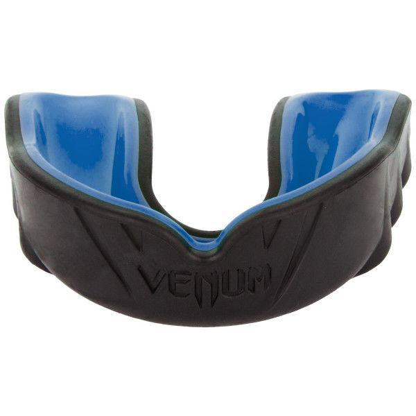 Капа боксерская Venum Challenger Black/Blue VenumБоксерские капы<br>Капа боксерская Venum Challenger Black/BlueСпециально разработана для защиты зубов, губ, челюстей и десен. Состоит из двух слоев. Первый из высококачественного геля для большего комфорта со специальным дыхательным каналом, который повысит вашу производительность во время тренировок. Второй слой из резины, аммортизирующий и рассеивающий ударную волну. Характеристики:Гелевый слой Nextfit для большего комфортаУсовершенствованная конструкция для оптимального дыхания во время бояВысокоплотный резиновый слой для улучшенного рассеивания ударной волныИдет в комплекте с футляром для личной гигиены<br>