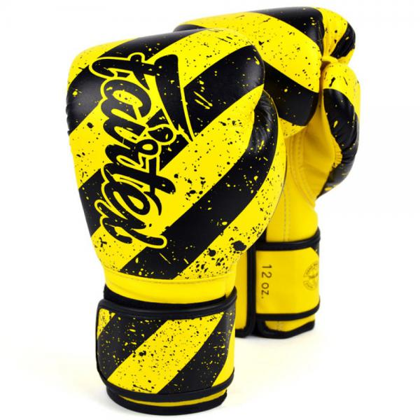 Боксерские перчатки Fairtex Grunge, 10 OZ FairtexБоксерские перчатки<br>Лимитированная серия ART дизайнПерчатка с удлиненным манжетомОчень легко сжать кулак, что позволит сохранить энергию во время тренировокСовместили в себе характеристики от классических спарринг перчаток BGV6 и BGV9С дополнительной защитой ладониКреативная цветовая гаммаУкрашены 3-D принтованиемСделано вручную<br>