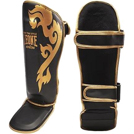 Шингарды Leone LeoneЗащита тела<br>Шингарды (накладки на ноги) для ММА и тайского бокса Leone. Отличные шингарды, подходят для тайского бокса, кикбокcинга, ММА. Изготовлены из искусственной кожи и вспененного материала. Очень хорошо садятся на ногу, регулируются на икроножных мышцах ремнями-липучками. Продаются парой.<br><br>Размер: L