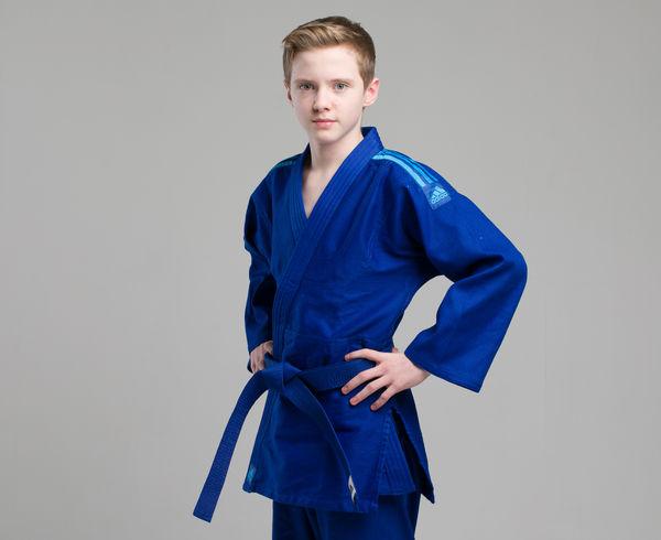 Кимоно для дзюдо Club синее с голубыми полосками AdidasЭкипировка для Дзюдо<br>Кимоно для дзюдо adidas Club Синее J350.  Тренировочная кимоно для дзюдо adidas Club - это универсальноекимоно средней плотности весом 350 gs/m2. Сделано из смеси полиэстера и хлопка. Хлопковые волокна, укрепленные полиэфирными нитями, обладают повышенной прочностью и лучше выводят влагу. Таким образом, кимоно дольше служит. Подходит для детей и начинающих спортсменов. Состав ткани: 60% хлопок, 40% полиэстер. Детали: брюки на резинке+кулиска. *Кимоно идет без пояса. Пояс продается отдельно. Тренировочное кимоно. Плотная, гибкая и прочная ткань. Плотность 350 gm/m2. Усиленные места в областях с высокой нагрузкой. Пояс на штанах на резинке +кулиска. Материал: 60% хлопок, 40% полиэстер<br><br>Размер: 130 см