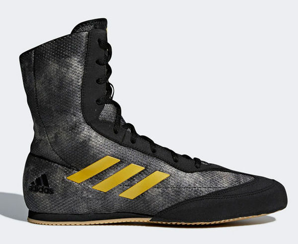 Боксерки Box Hog Plus серо-желтые AdidasБоксерки<br>Новая модель Боксерок Box Hog получила новый дизайн и усовершенствованные технологии. Принципиальная разница модели в верхнем материале, который лучше тянется т. е. обеспечивает улучшенную посадку внутри, а так же фиксирует голень.  Боксерки adidas Box Hog Plusэто невероятно легкая боксерская обувь для бойцов всех уровней квалификации. Верх выполнен из легкого, сетчатого нейлона и имеет жесткий носок из прочного синтетического материала, который защищает пальцы ног и увеличивает срок службы боксерок. Симметричная шнуровка создает более плотную и комфортную посадку боксерок на ноге и дополнительную устойчивость. V-образные вырезы, разделяющие зону шнуровки, увеличивают гибкость боксерок и позволяют легче сгибать ноги. Легкая внутренняя стелька Die-cut EVA обеспечивает великолепную амортизацию и создает равномерное распределение нагрузок по поверхности подошвы ступни. Жесткий задник надежно фиксирует пятку и голеностопный сустав, препятствуя вывиху стопы при динамичном движении. Каучуковая подошва имеет нескользящий рисунок протектора и обеспечивает надежное сцепление с поверхностью ринга, позволяя боксеру уверенно передвигаться с молниеносной скоростью.  Технология Сlimacool®Прочный верх из плотной дышащей сетки поддерживает комфортный микроклимат и отводит излишки тепла и влагиТекстильные три полоски для поддержки средней части стопы и лучшей устойчивостиНадежная система шнуровкиВысокое голенище для устойчивости стопыАмортизирующая вставка в пяточной зоне для снижения ударных нагрузокИзносостойкая подошва ADIWEAR™ для отличного сцепления с гладкой поверхностью рингаСостав: 100% полиэстр<br><br>Размер INT: 42 [UK 9]