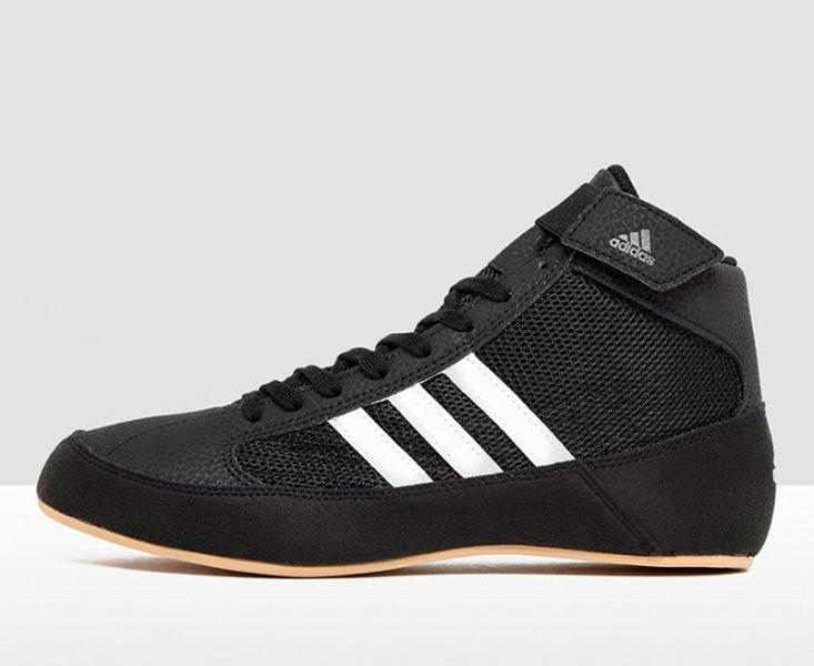 Борцовки HVC 2 черно-белые AdidasЭкипировка для Борьбы<br>Классика и удобство! Борцовки adidas HVC, созданы для начинающих и любителей. Сетчатый верх для охлаждения стопы во время схватки. С накладками для прочности. Подошва ADIWEAR® обеспечивает надежное сцепление в течение долгого срока. Сетчатый верх с накладками из замши и искусственной кожи для уменьшения веса, прочности и комфорта. Сетчатый язычок, эластичный ремешок на манжете верхнего края. Подкладка из сетчатого материала для максимальной вентиляции. Три полоски из искусственной кожи контрастного цвета.<br><br>Размер: 42.5 [UK 9.5]