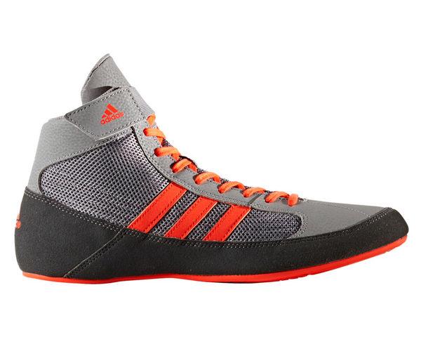 Борцовки HVC 2 серо-красные AdidasЭкипировка для Борьбы<br>Классика и удобство! Борцовки adidas HVC, созданы для начинающих и любителей. Сетчатый верх для охлаждения стопы во время схватки. С накладками для прочности. Подошва ADIWEAR® обеспечивает надежное сцепление в течение долгого срока. Сетчатый верх с накладками из замши и искусственной кожи для уменьшения веса, прочности и комфорта. Сетчатый язычок, эластичный ремешок на манжете верхнего края. Подкладка из сетчатого материала для максимальной вентиляции. Три полоски из искусственной кожи контрастного цвета.<br><br>Размер: 41 [UK 8.5]