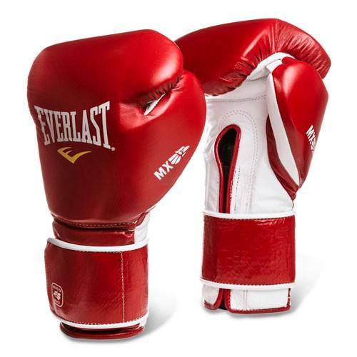 Перчатки Everlast MX Training на липучке, 16 oz EverlastБоксерские перчатки<br>Специальная серия Everlast MX — это посвящение мексиканской школе бокса и таким легендам ринга, как Марко Антонио Баррера, Эрик Моралес и Хулио Сезар Чавез. Экипировка и инвентарь из серии Everlast MX выполнены вручную мексиканскими мастерами из лучшей натуральной кожи «piel planchada» — что гарантирует полное отсутствие дискомфорта и небывалый срок службы, по сравнению со стандартными моделями. Данная модель предназначена для активных тренировок с грушей, работы на лапах и спаррингов. Перчатки подойдут совершенствующимся и опытным спортсменам. Особенно приятно будет тем, кто с детства помнит бои мексиканских легенд бокса — производители изготавливают их по той же традиционной технологии, что и двадцать лет назад, но с поправкой на современные решения безопасности. Для защиты от травм даже на микроуровне, в данных перчатках используется пена особого состава, которая гасит до 80% ударного импульса. Строение и материал манжеты прочно фиксируют кисть, что предотвращает вывихи и растяжения.<br>