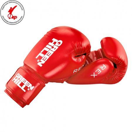 Боксерские перчатки Green Hill rex, 10 OZ Green HillБоксерские перчатки<br>Боксерские перчатки REX для классического бокса и кикбоксинга разработаны совместно с Федерацией Бокса России. Перчатки имеют современную конструкцию, учитывающую весь накопленный за годы существования опыт бокса. Большой палец перчатки прикрыт выступом, обеспечивая защиту пальца от компрессии при сильном ударе или неточном попадании. Манжет перчаток выполнен так, чтобы в клинче была исключена возможно рассечения выступающими швами перчатки. Материал перчаток - 100% PU. Наполнитель - предварительно сформированный по технологии Pre-Shape пенополиуретан. - Тренировочные перчатки для бокса и кикбоксинга- Защита большого пальца- Безопасный манжет- Перчатка разработана своместно с Федерацией Бокса России<br><br>Цвет: Синие