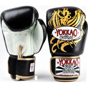 Боксерские перчатки Yokkao Phoenix, 10 oz YokkaoБоксерские перчатки<br>Боксерские перчатки Yokkao Phoenix. Yokkao - один из лидеров по производству экипировки для тайского бокса. Данные перчатки подойдут и для работы на мешках, и на лапах, и для работы в самых жестких спаррингах. Внутри перчатки наполнены пеной, которая хорошо гасит силу ударов и не дает рукам травмироваться. Большой палец на перчатки зафиксирован. Данные перчатки для бокса выполнены из кожи КРС. Запястье надёжно фиксируется манжетой. Сделаны вручную в Таиланде.<br>