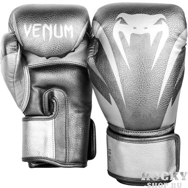 Боксерские перчатки Venum Impact Silver, 16 oz VenumБоксерские перчатки<br>Боксерские перчатки Venum Impact. Лимитированная серия. Отлично защищают руку! Очень хорошо сидят на руке. Широкая застежка, обеспечивает надежную фиксацию перчаток Venum на запястьях. Внутренний наполнитель - пена, которая обеспечивает хорошую амортизацию удара. Внешняя часть перчаток - Skintex Leather. Это современный очень надёжный искусственный материал. Подходят и для тренировок по боксу, мма, тайскому боксу, работы на мешках, а так же для соревнований определённого уровня.<br>