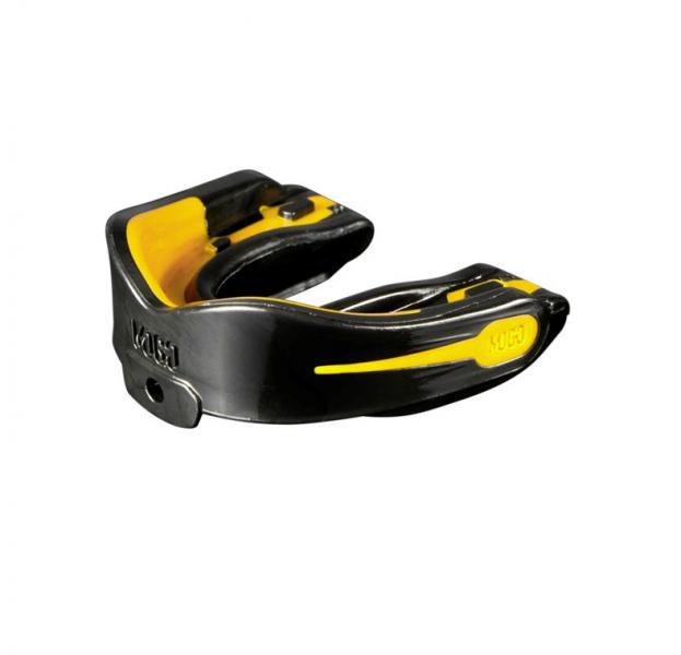 Детская боксерская капа MoGo, ароматизированная, черная, Апельсин MoGoБоксерские капы<br>Поистине революционная технология позволила MoGo придать пластику вкус, создав первую в мире ароматизированную капу. Уникальность технологии в том, что ароматизатор не распылен по поверхности, а внедрен в сам материал. Благодаря этому, вы будете ощущать во рту приятный освежающий вкус каждый раз, как используете капу. Она также предотвращает пересыхание ротовой полости во время соревнований или тренировок, тем самым повышая эффективность вашего дыхания. Капы MoGo прекрасно подходят как для занятий единоборствами, так и для любых видов спорта, где необходима подобная защита. В тоже время, широкий выбор ароматов позволит подобрать свой уникальный вкус любому спортсмену. Ключевые особенности:Капа изготовлена по принципу свари и укуси или проще говоря - вам придется предварительно нагреть ее в горячей воде, чтобы потом с легкостью подогнать под вашу челюсть. *Продуманный дизайн гарантирует вам максимум защиты, отдачи, комфорта и свободы дыхания во время тренировок. Все ароматизаторы изготовлены из натуральных компонентов. Все вкусовые добавки и материалы одобрены Управлением по контролю качества пищевых продуктов и лекарственных препаратов (FDA, США) и не содержат бисфенола А (BPA). Данная модель одночелюстной капы предназначена для ношения на верхней челюсти НЕ подходит для использования с зубными скобками (брекетами). Для вашего удобства в набор входит ремешок, позволяющий упростить процесс подгонки.<br>