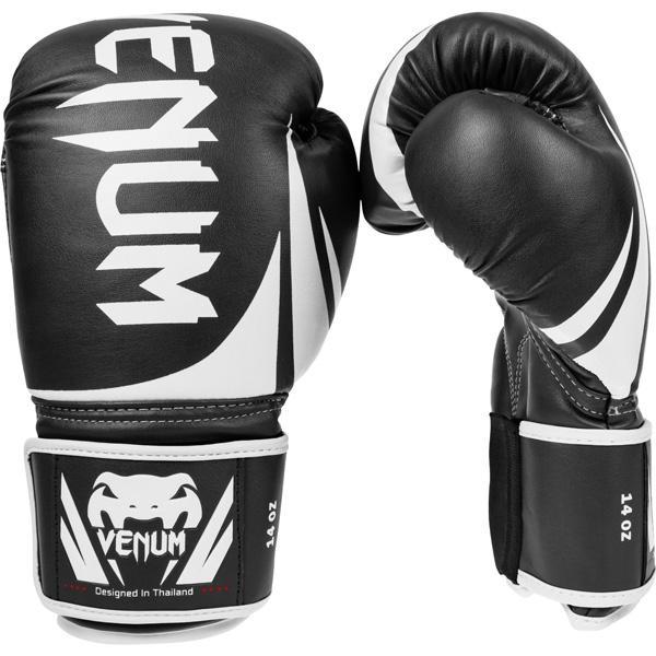 Перчатки боксерские Venum Challenger 2.0 Boxing Gloves - Black, 14 oz VenumБоксерские перчатки<br>Доступные, но без ущерба качеству, боксерские перчатки Venum Challenger 2.0, разработанные в Тайланде - идеальный выбор для обучения ударной технике!Благодаря тройному слою пены и широкому ремню, достигается оптимальная степень защиты. Состоят из премиумной полиуретановой кожи (PU) - очень прочные и по отличной цене!Технические характеристики:Из высококачественнойсинтетической кожиТройная плотность пены, для лучшей защиты.100% полное прилегание большого пальца.Большая упругая липучка для лучшей фиксацииРельефный логотип VenumСделано в Тайланде<br>