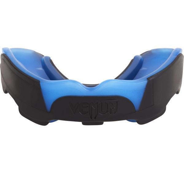 Капа боксерская Venum Predator Mouthguard Black/Blue VenumБоксерские капы<br>Капа Venum Predator Mouthguard - новый эталон среди кап в сочетании с идеальной посадкой, гибкостью и высокой защитой. Усовершенствованная форма обеспечивает максимально четкую посадку на зубы, в то время как низкопрофильных дизайн облегчает дыхание и позволяет говорить со спарринг-партнером или тренером. Двухъядерный дизайн дает интеллектуальную защиту от удара: сначала поглощает наиболее мощную часть удара, а затем рассеивает ударную волну в направлении наиболее крепких частей вашей челюсти. Для того, чтобы соответствовать ожиданиям каждого бойца, капа Хищник была разработана в сотрудничестве с лучшими бойцами UFC, а именно Жозе Альдо и Лиото Мачида. Характеристики:гелевый слой Nextfit для точной посадки и комфортамногослойная конструкция дает отличную амортизацию удараспециальная форма, обеспечивающая оптимальное дыхание во время тренировок или соревнованийспециальный футляр в комплектеиспытано и используется бойцами UFCСЕ сертификация<br>