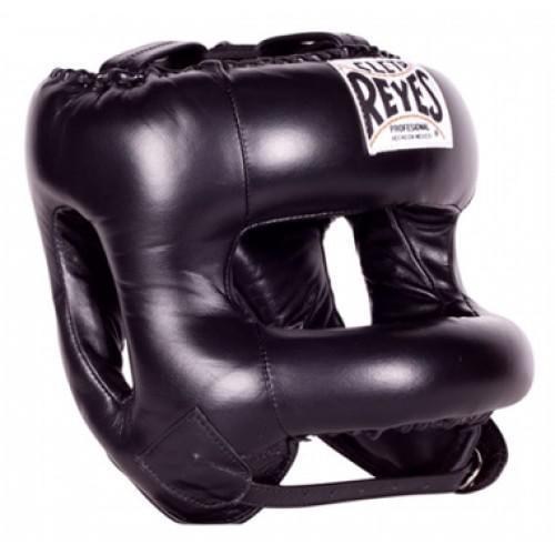 Шлем боксерский Cleto Reyes, с защитой носа , С бампером Cleto ReyesБоксерские шлемы<br>Жёсткая защитная рама, предохраняющая лицо от травм<br> Застёжка-липучка на затылке позволяет кастомизировать размер шлема именно для вашей головы<br> Надёжное крепление на шнурках не даёт шлему сползать и прокручиваться во в ходе спарринга<br> Материал - 100% кожа премиум-качества<br> Застёжка-ремешок на подбородке помимо надёжного крепления выполняет функцию добавочной регулировки размера<br> Мягкий, но плотный наполнитель предельно смягчает удар<br> Эргономичные вырезы для ушных раковин<br> Обеспечивает максимальный обзор<br> Дополнительная фиксирование подбородка<br> Дополнительная защита ушей<br> Круговая нейлоновая рама передней части<br><br>Цвет: Чёрный