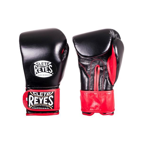 Перчатки боксерские тренировочные на липучке Cleto Reyes, 14 OZ, 14 унций Cleto ReyesБоксерские перчатки<br>Это новая модель тренировочных перчаток от известного бренда Cleto Reyes. Их отличает усиленная прослойка пены на ударной поверхности, что позволяет избежать травм у соперника. Это тренировочные перчатки высшего уровня!<br><br>Защищают кулаки от ушибов, переломов и вывихов во в ходе тренировочных боёв<br>Длинная застёжка-липучка<br>Идеальны для тренировочных боёв и спаррингов<br>Кожа ягненка топового качества<br>Клеймо Cleto Reyes<br>14 унций<br><br>Цвет: Черный