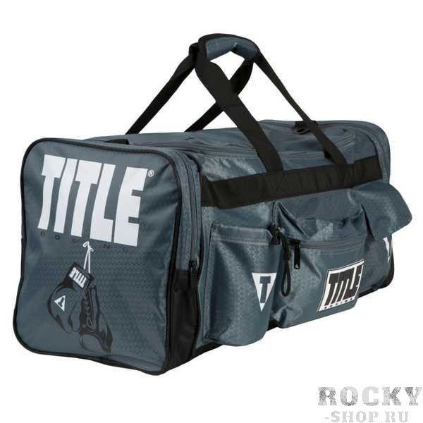Сумка спортивная TITLE Deluxe Gear Bag TITLEСпортивные сумки и рюкзаки<br>Удобная, качественная и вместительная сумка Title Boxing Deluxe Gear Bag подойдет как для того, чтобы носить в ней экипировку на тренировки так и для путешествий. Кроме большого внутреннего отдела есть два вместительных боковых кармана, удобные и крепкие ручки ирегулируемый наплечный ремень. Бутылка входит в комплект!Размеры сумки: 60х30х30 (см)<br>