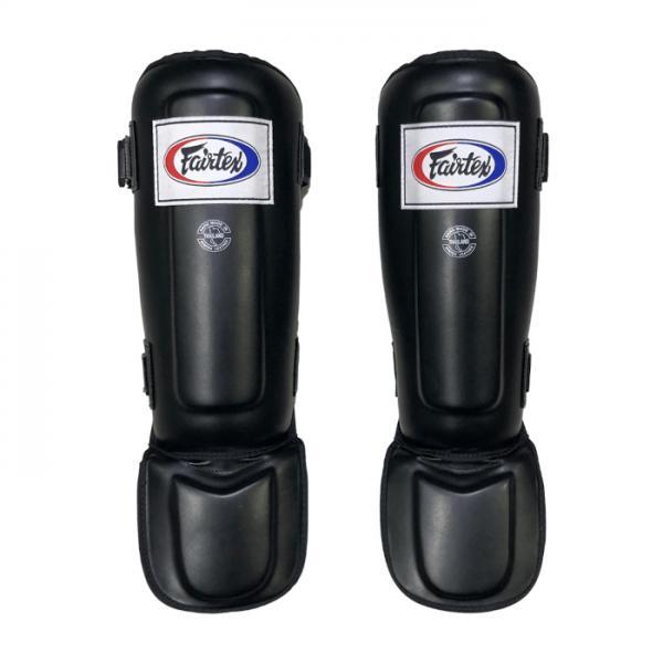 Защита голени и стопы Fairtex SP-3, M FairtexЗащита тела<br>Сшитые из запатентованной Fairtex Syntek Leather с тройным уровнем прослойки в области голени для максимального погашения удара.  Используются для спаррингов и отработки ударов ногами в парах. Защищает только 2/3 стопы (пальцы открыты). Фиксация на двух липучках. Изготовлены вручную. Произведено в Таиланде. Цвет: синий, черный, красный.<br><br>Цвет: Черный