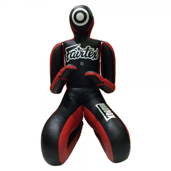 Манекен для Грепплинга Fairtex FairtexСнаряды для бокса<br>Манекен Fairtex Maddox отличный помощник для тренировок по дзюдо, BJJ, MMA и грэпплингу. Очень прочный, изготовленный из искусственной кожи высокого качества, он идеально подходит для отработки техники бросков, захватов, болевых и удушающих приемов. Руки и ноги манекена эластичны и гнутся в разные стороны. Цвет: черно-красный. Вес около 30 кг.<br>