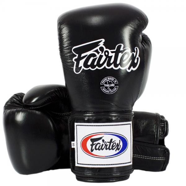 Тренировочные перчатки на липучке Fairtex, 14oz FairtexБоксерские перчатки<br>Перчатки BGV5 Pro Training Gloves - профессиональные, тренировочные перчатки. Отлично подходит для Кикбоксинга, Бокса и Муай Тай. Прекрасно подойдут для тренировочных спаррингов, выступления на соревнованиях, работы на мешках и на лапах. Перчатки ручной работы, выполнены из натуральной кожи. Особенностью этой модели является широкая липучка, она максимально защищает предплечье. Так же немного загнут большой палец, что позволяет сильнее сжимать кулак и наносить более сильные удары. Материал: кожаРазмер: 14oz. Цвет: черный. Производство: Таиланд.<br><br>Цвет: Черный