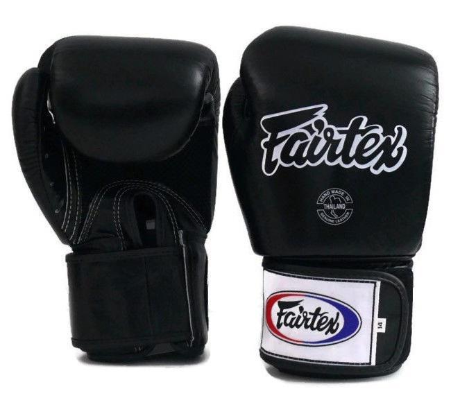 Перчатки тренировочные на липучке Fairtex, 6 oz FairtexБоксерские перчатки<br>Перчатки BGV1 - универсальные модель, которая идеально подходит для Кикбоксинга, Бокса и Муай Тай. Прекрасно подойдут для тренировочных спаррингов, выступления на соревнованиях, работы на мешках и на лапах. Перчатки ручной работы, выполнены из натуральной кожи. Обладают хорошей амортизацией ударов за счет внутреннего наполнения пеной. Производство: Таиланд. Цвет: синий, красный, черный. Материал: кожа. Размер: 6 oz<br><br>Цвет: Черный