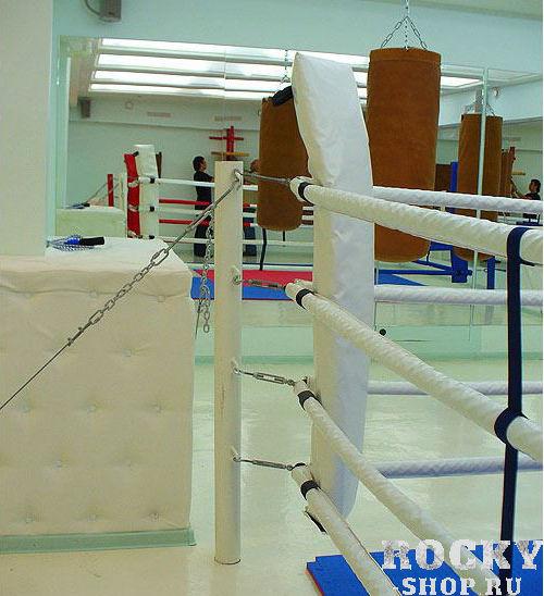 Боксерский ринг на растяжках, 6*6 метров Завод спортивного оборудованияОборудование для залов и клубов<br>Этот вид ринга схож по принципу монтажа с рингом на упорах, но в данном случае площадь монтажа составит около 1,5 метров с каждой стороны и противовесом для канатов выступят цепи, которые препятствуют «складыванию» ринга внутрь, когда на них воздействуют боксеры в процессе боя. Комплектация - настил ПВВ или ППЭ, покрывало (им. антискользящее ПВХ), подушки угловые, канаты в чехлах, перемычки, растяжки канатов, защита растяжек канатов, стойки, растяжки стоек, крепеж монтажный. 6х6м, боевая зона 5х5м, монтажная площадка 9х9м<br>Возможность переноса и повторной сборки в другом месте; <br><br>Не повреждает пол в зале; <br><br>Многофункциональность – позволяет проводить занятия боксом как профессионалам, так и новичкам и женским группам;<br><br>Доставка и сборка бесплатно (в пределах Москвы/МО);<br><br>Гарантия 1 год.<br>